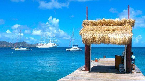 Bild vom Steg ins Meer auf Petit Martinique