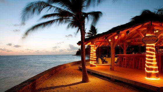 Bild einer beleuchteten Strandbar auf Petit St. Vincent