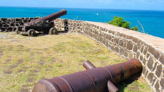 Bild von Kanonen im Fort Rodney auf Pigeon Island auf St. Lucia