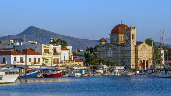 Bild vom Hafen von Aegina Stadt mit Kirche