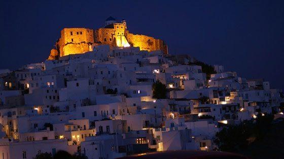 Bild der beleuchteten Burg von Astypalaeia bei Nacht