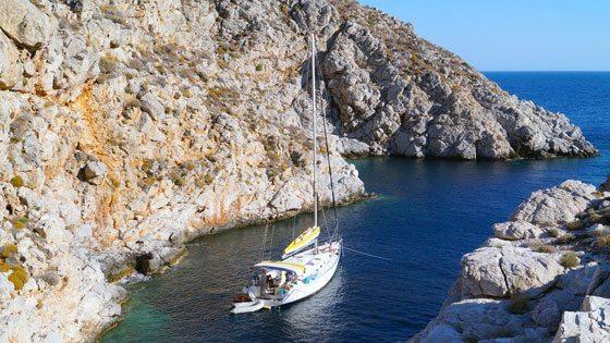 Bild vom Blick auf Yacht in einsamer Bucht vor Hydra