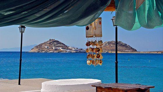 Bild vom Ausblick unter Muschelwindspiel auf Mykonos