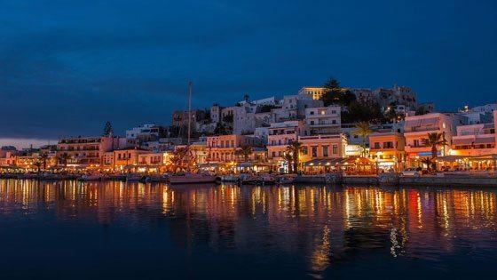 Bild vom beleuchteten Hafen von Chora auf Naxos am Abend