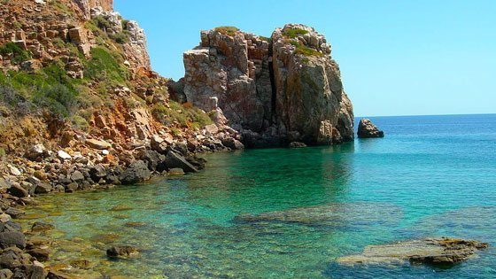 Bild einer steinernen Küste vor Serifos