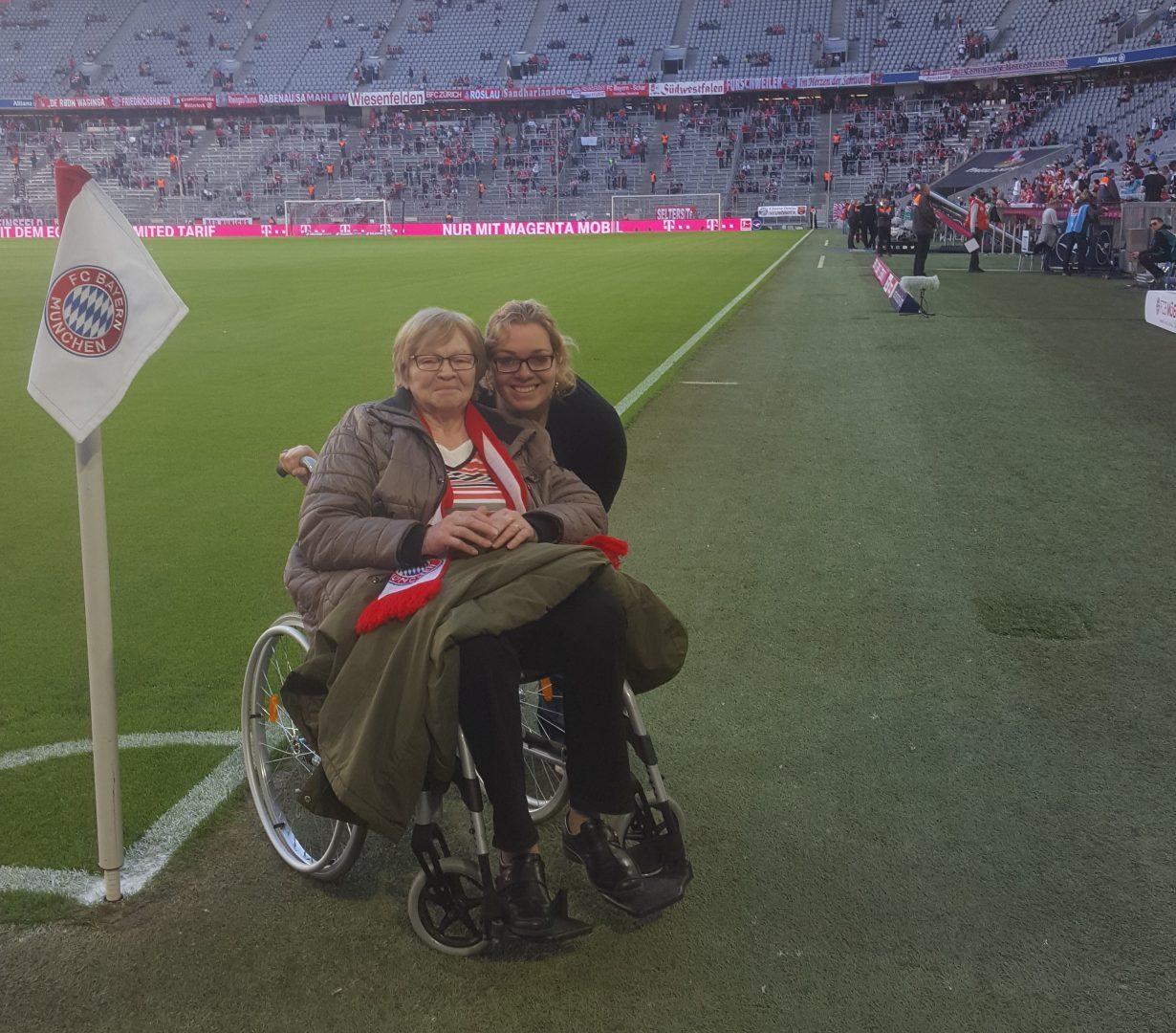 Bild von Karolin mit ihrer Oma am Spielfeldrand