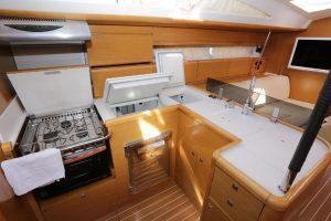 Bild vom Blick auf die Küche der Jenneau 53